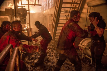 Vlnr: Jimmy Harrell (Kurt Russell), Mike Williams (Mark Wahlberg) und Andrea Fleytas (Gina Rodriguez) suchen mit ihren Kollegen einen Weg, der Feuerhölle zu entkommen