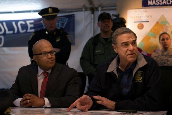 Unmittelbar nach den Explosionen beginnt unter der Leitung von Commissioner Ed Davis (John Goodman) die nervenaufreibensten Großfahndung in der Geschichte der USA.