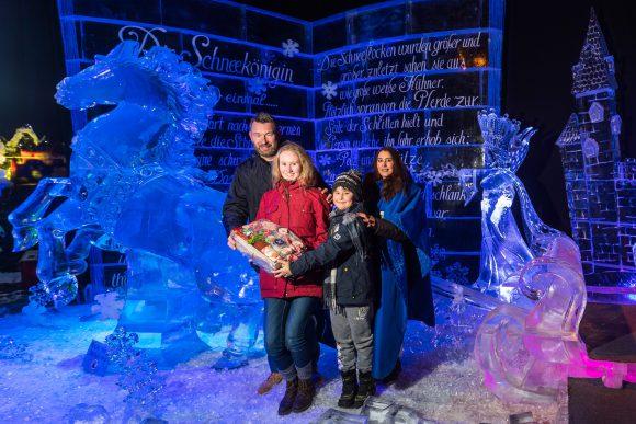 111111Besucher in der Karls Eiswelt Elstal Katharina Karg mit Hennig(11) und Tabea(15) und Mann Olaf