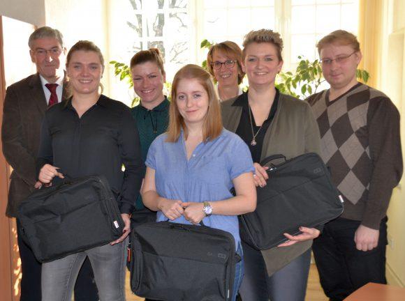 Falkensee: Azubis mit Laptops ausgestattet