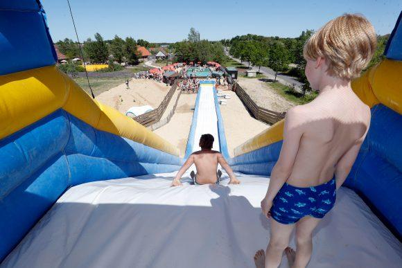 Karls feiert den Kindertag: Am 3. Juni warten im Erlebnis-Dorf Elstal viele bunte Spiel- und Spaßaktionen