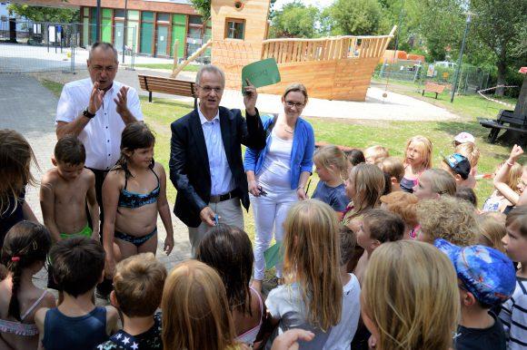 Zeugnisfete im Stadtbad Nauen zog Kinder in Scharen an