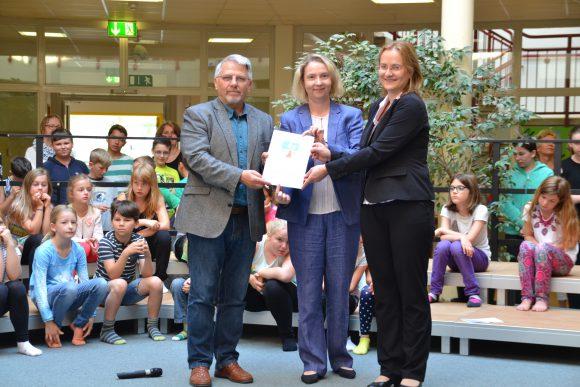 Förderung von Schulausstattungen – Kreisbildungsdezernentin Elke Nermerich übergibt Fördermittelbescheide für Falkenseer Schulen