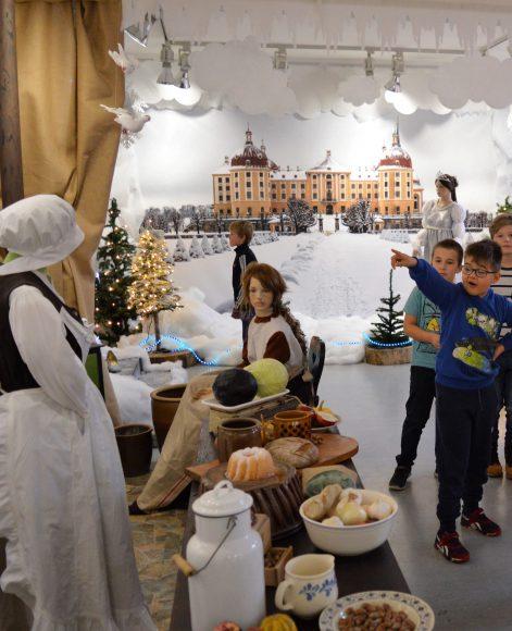 """Ferientipp – Ausstellung """"Drei Haselnüsse für Aschenbrödel"""" im Blauen Haus"""