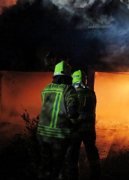 Brieselang: Kleingartenhaus und Doppelgarage in Flammen aufgegangen – keine Verletzten