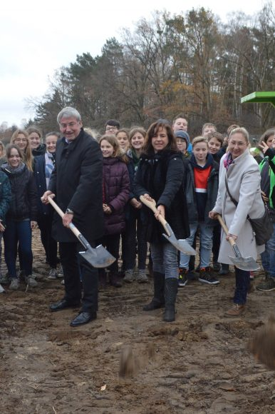 Falkensee: Symbolischer Spatenstich läutet den Baustart für den Sportplatz für das Lise-Meitner-Gymnasium ein