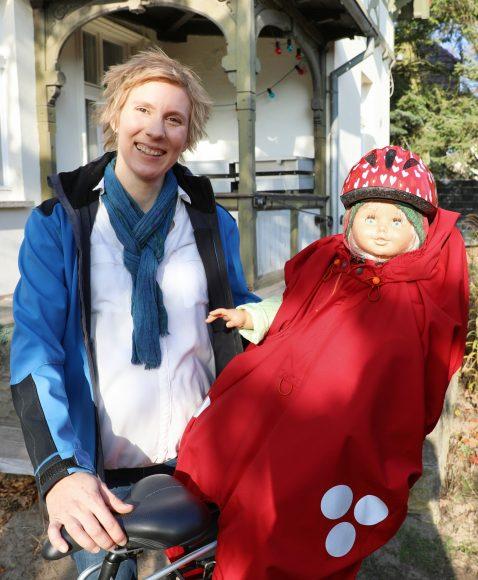 """Falkensee: Warm und trocken auf dem Fahrradsitz: """"Dilassi""""-Gründerin Anne Laßhofer mit dem """"WichtelWarm"""" ist die Grüne Gründerin im November"""