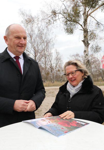 Bundesumweltministerin Svenja Schulze und Ministerpräsident Dietmar Woidke auf Geländetour in der Sielmanns Naturlandschaft Döberitzer Heide