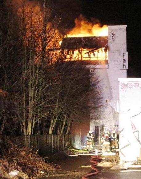 Brieselang – Altes Bahnstellwerk in Brand geraten – rund 70 Einsatzkräfte vor Ort