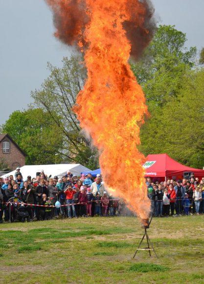Fettexplosion, Dummysturz & Co.: Erfolgreicher Tag der offenen Tür der Feuerwehr Brieselang