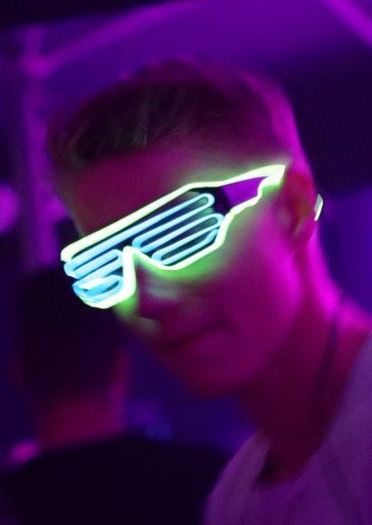 Colorflash: Mit dem Leuchtarmband in der Falkenseer Stadthalle tanzen!