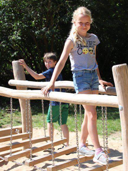 Neues Spielgerät auf dem Spielplatz Dohlensteg in Falkensee: Ein Wackelsteg zum Balancieren