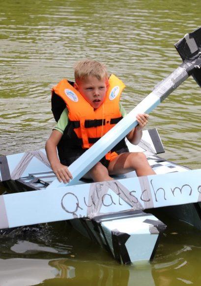 Bloß nicht absaufen: 1. Schönwalder Pappbootrennen lockte acht Teams aufs Wasser!