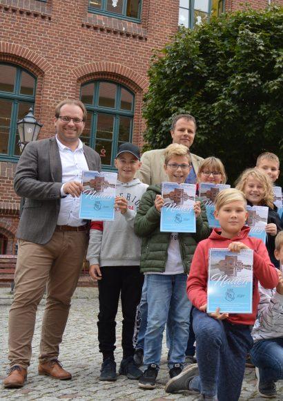 KK-Kinder stellen Nauen-Kalender vor