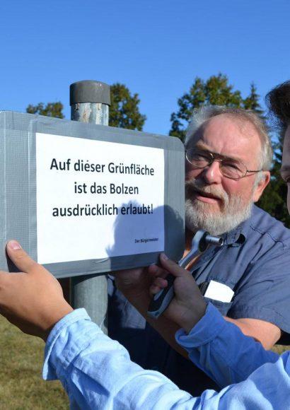 """Brieselang: Schilder aufgestellt – """"Bolzen ausdrücklich erlaubt"""""""