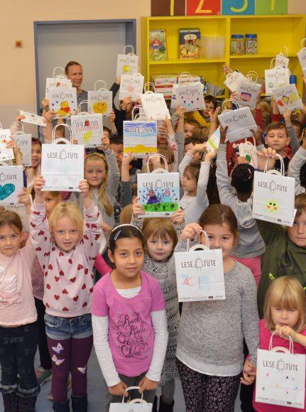 Nauen: Theodor-Körner-Buchhandlung verteilt Lesetüten an Erstklässler