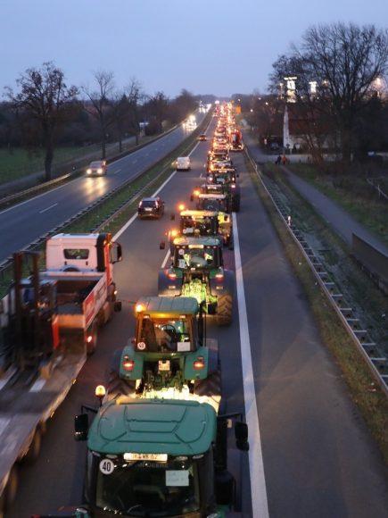 Rollender Shitstorm im Havelland: 8.000 Traktoren auf dem Weg zum Brandenburger Tor!