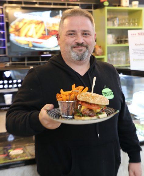 Burger zum Liefern bei Burger & Bowls: Sascha Stegen feiert im Januar einjähriges Jubiläum!