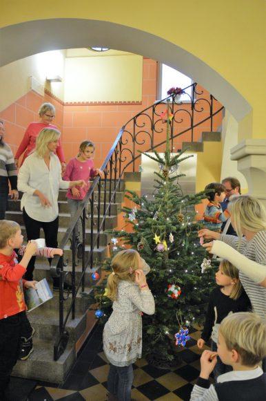 Weihnachtsbaum-Aktion in Nauen – Kinder gestalten Weihnachtsbäume im und vor dem Rathaus