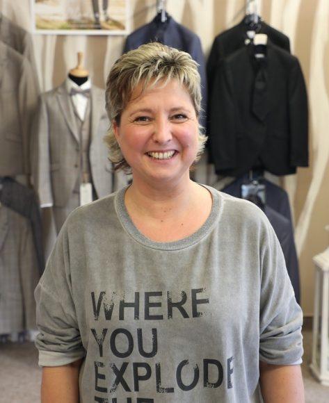 Schönwalde-Glien: Annette Grothe findet den passenden Anzug für den Bräutigam!