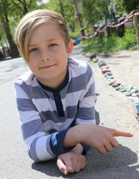 Bunte Steinschlange in Finkenkrug: Kinder haben schon über 430 Steine bemalt!