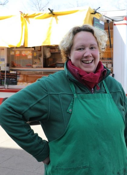 Julia Handke verkauft Geflügel – auf dem Falkenseer Markt!