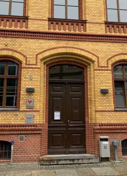 Aus dem Amtsgericht Nauen: Funktionsfähige Maschinenpistole im Bettkasten!