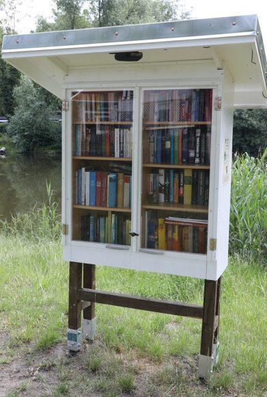 Openair-Lesestoff: Bredower Mini Bibliothek wartet am Bredower Teich auf Leseratten!