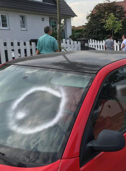 Graffiti-Attacke in Brieselang sorgt für Ärger – Zahlreiche Autos beschmiert