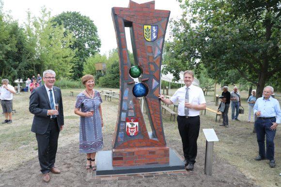 30 Jahre Einheit: Neue Stele am ehemaligen Grenzstreifen in Schönwalde-Glien eingeweiht!