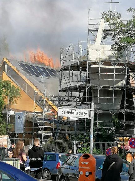 Brand der Ev. Jeremiakirche in Berlin-Spandau gelöscht, Pfarrerin dankt Einsatzkräften