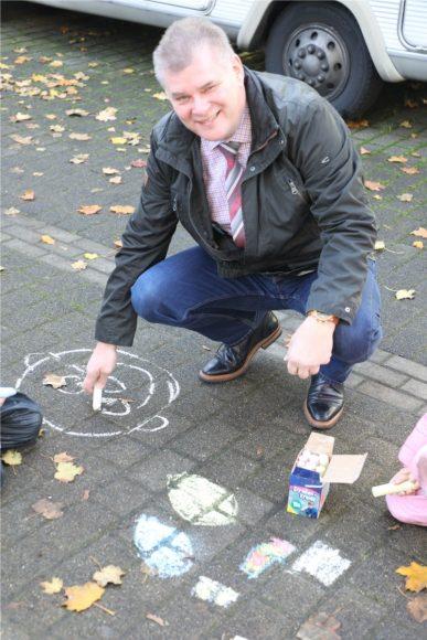Fahrt langsam: Kita-Kinder in Wustermark demonstrieren mit Straßenmalkreide!