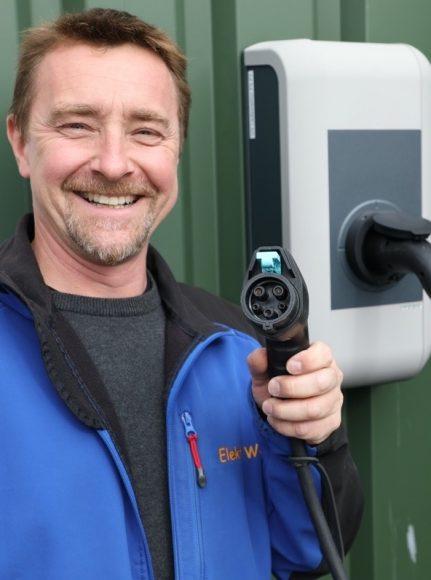 Strom aus der Dose: Stefan Baerns von Elektro Wolf installiert die Wallboxen!