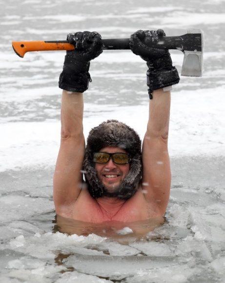 Jetzt ganz tapfer sein: Eisbaden am Nymphensee!