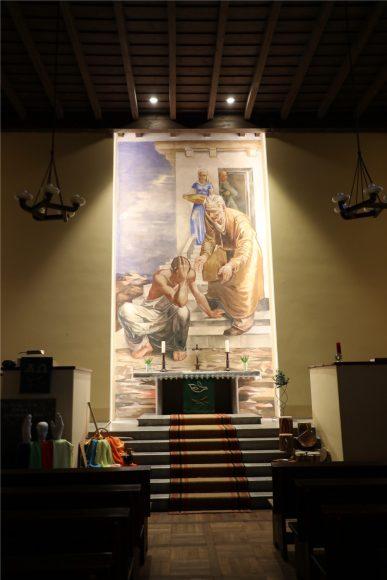 Die Kirche in Elstal  hat eine neue Beleuchtung erhalten: In dieser Kirche ist noch Leben!