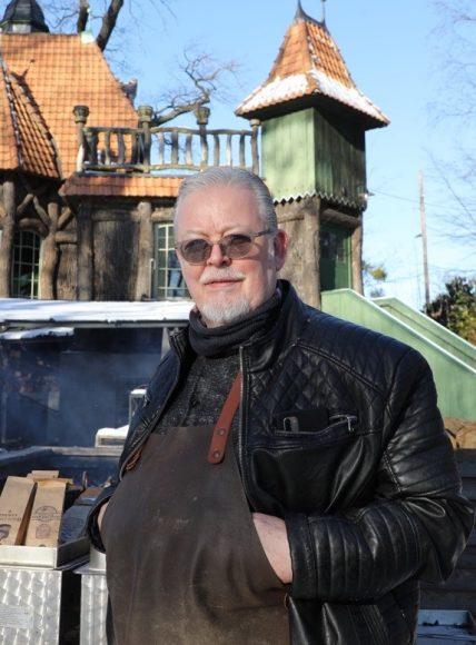 Rauchender Smoker am Hexenhaus: Leckerer BBQ-Schmaus!
