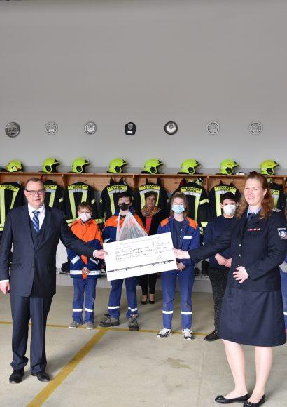 Brandenburgs Innenminister Stübgen vergibt Fördermittel und zeichnet gemeinsam mit Bürgermeister Manuel Meger Börnicker Feuerwehrleute aus