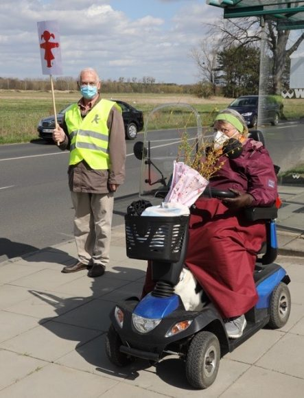Lass mich rüber! Senioren aus Falkensee fordern sichere Fußgängerfahrbahnquerung zur Bushaltestelle!