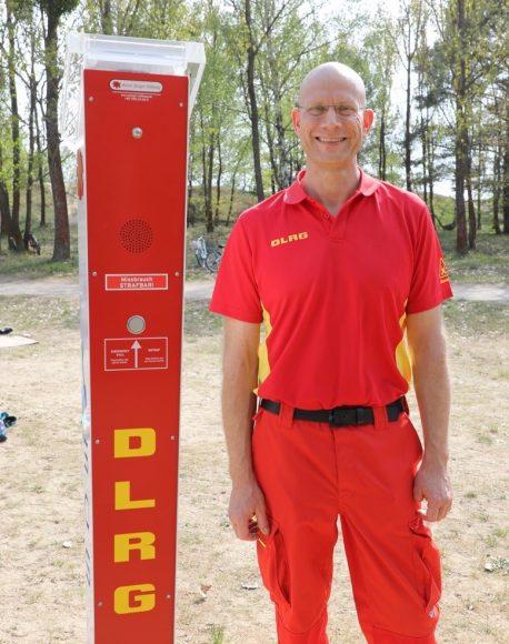 Notruf am See: DLRG Ortsgruppe Falkensee lässt zwei Notrufsäulen direkt am Neuen See aufstellen!