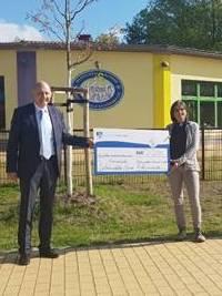 Mit Förderung zum Schwebebalken: Landkreis übergibt zwei Zuwendungsbescheide an die Grundschulen der Gemeinde Schönwalde-Glien
