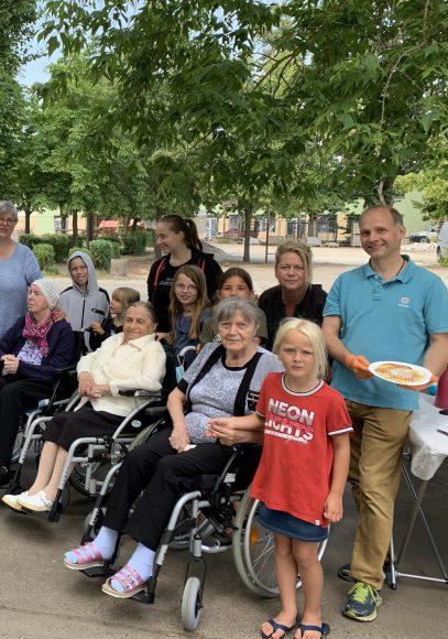 Generationsübergreifende Projekte: Ein Wiedersehen nach langer Corona-Pause: Senioren aus Demenz-WG besuchen Arco-Kinder im Hort