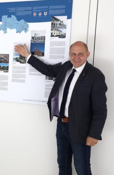 30 Jahre Deutsche Einheit: Ausstellungstafel im Rathaus von Dallgow-Döberitz enthüllt!