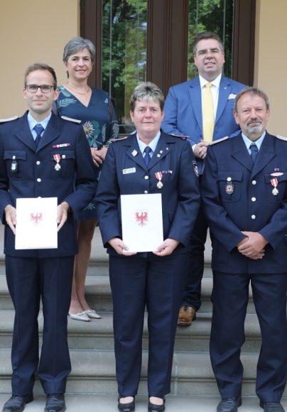 Auf Schloss Ribbeck: Vier Feuerwehrkameraden erhielten das Ehrenzeichen in Silber