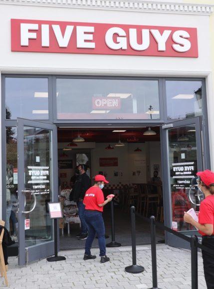 Five Guys ist da: Kult-Burgerschmiede aus den USA eröffnet Filiale in Elstal – mitten im Designer Outlet Berlin!